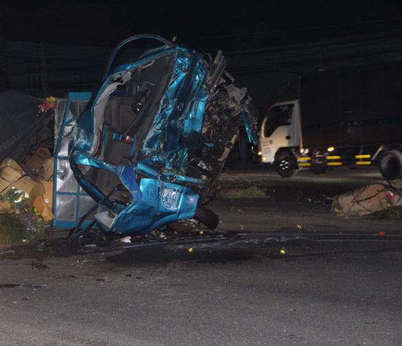 Đề nghị khởi tố vụ án xe khách với xe tải tông nhau làm 3 người chết ở Bình Dương - Ảnh 1.