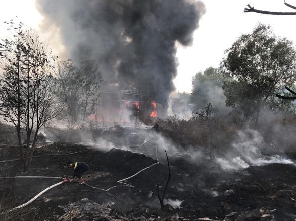 Cháy bãi phế liệu rộng hàng ngàn mét vuông, cột khói bốc cao cả trăm mét - Ảnh 2.