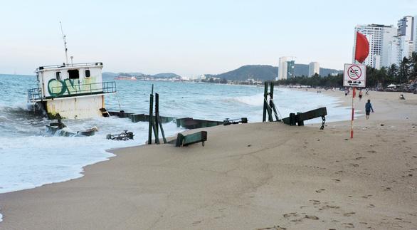 Di dời sà lan gây nguy hiểm cho bãi biển Nha Trang - Ảnh 1.