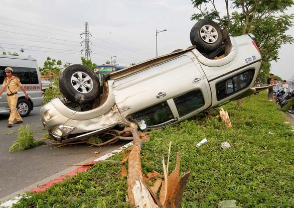 Ôtô chạy tốc độ cao lật ngửa trên dải phân cách, 5 người phải cấp cứu - Ảnh 1.