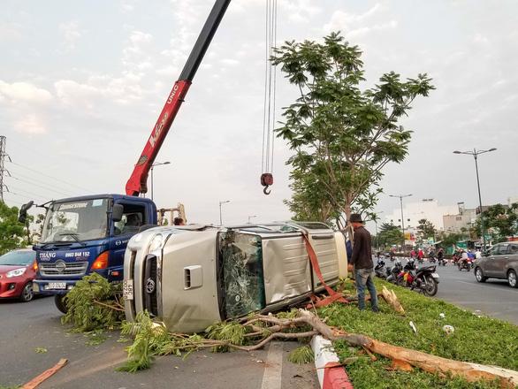 Ôtô chạy tốc độ cao lật ngửa trên dải phân cách, 5 người phải cấp cứu - Ảnh 3.