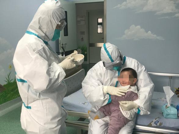 Gia đình nhiễm virus corona, các y tá thay nhau làm mẹ em bé - Ảnh 1.