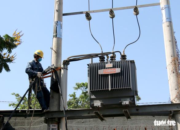 Gấp rút thi công, đảm bảo đủ điện cho bệnh viện dã chiến ở TP.HCM - Ảnh 2.