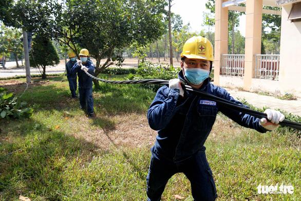 Gấp rút thi công, đảm bảo đủ điện cho bệnh viện dã chiến ở TP.HCM - Ảnh 4.