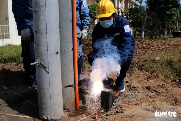 Gấp rút thi công, đảm bảo đủ điện cho bệnh viện dã chiến ở TP.HCM - Ảnh 5.