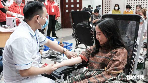 Hàng ngàn người hiến máu trong những ngày dịch corona phức tạp - Ảnh 4.