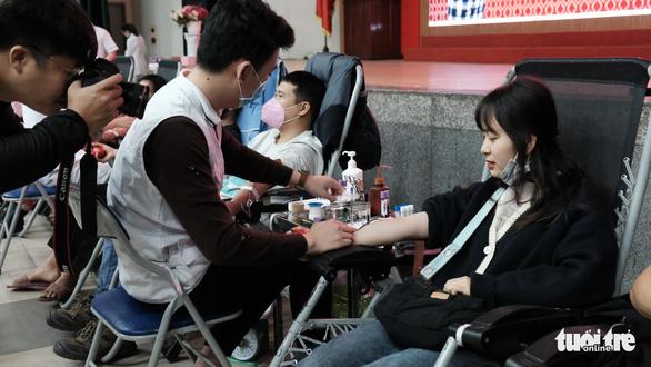 Hàng ngàn người hiến máu trong những ngày dịch corona phức tạp - Ảnh 7.
