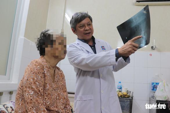 Cụ bà 75 tuổi đi lại được chỉ sau 1 tuần mổ thay khớp bằng kỹ thuật mới - Ảnh 1.