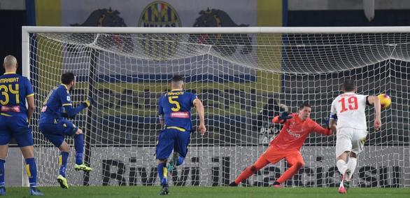 Ronaldo lập công, Juventus vẫn thua ngược Verona - Ảnh 2.