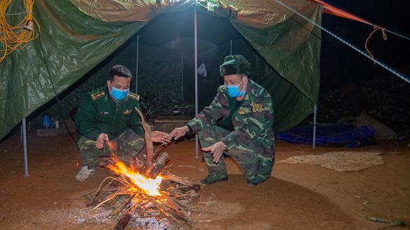 Trắng đêm phòng dịch trong rừng biên giới - Ảnh 2.