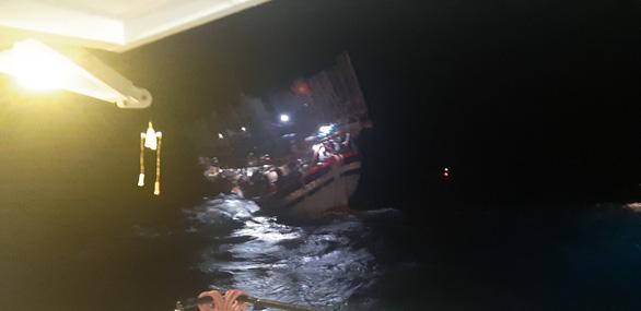 Cứu tàu câu mực cùng 40 ngư dân gặp nạn trên Biển Đông - Ảnh 2.