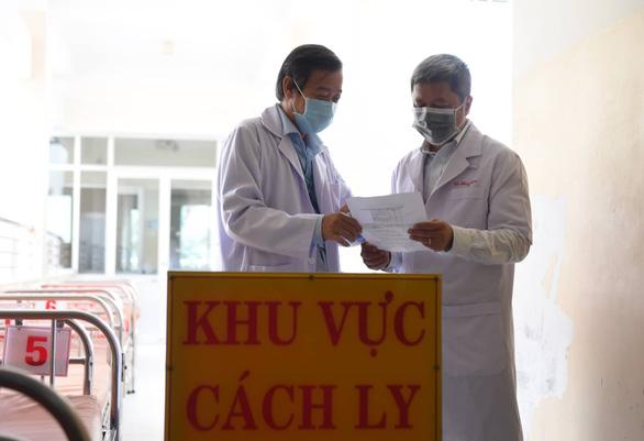 Thứ trưởng Bộ Y tế kiểm tra công tác phòng chống dịch corona tại TP.HCM - Ảnh 1.