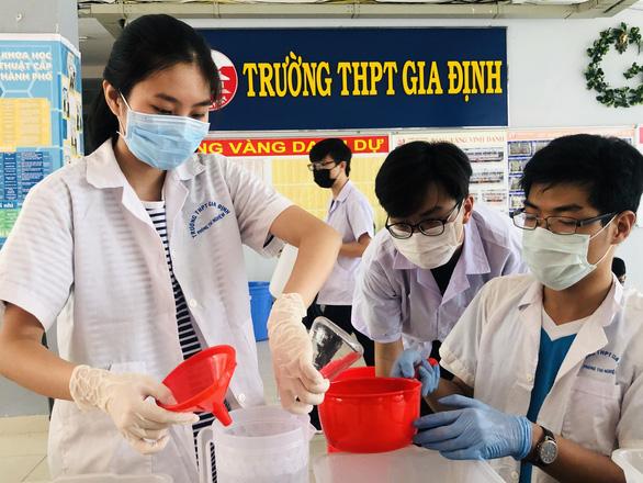 Học sinh tự làm dung dịch rửa tay sát khuẩn cho trường, lớp - Ảnh 1.