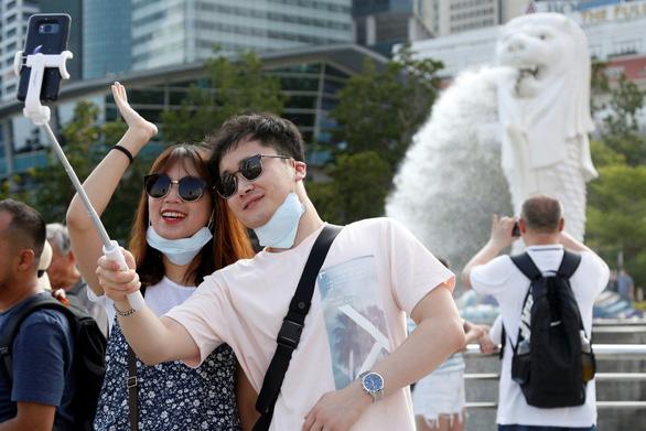 Sợ virus corona, du khách tránh Trung Quốc, né luôn Singapore và Nhật - Ảnh 1.