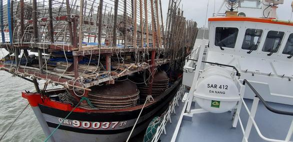 Cứu tàu câu mực cùng 40 ngư dân gặp nạn trên Biển Đông - Ảnh 1.