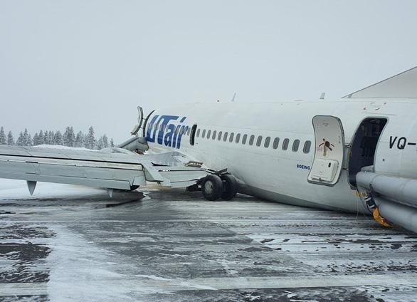 Gặp phải gió đứt, máy bay Nga chở gần 100 người hạ cánh bằng bụng - Ảnh 1.