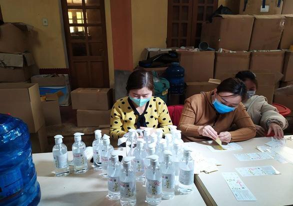 Triệt phá cơ sở sản xuất dung dịch rửa tay hoạt động chui - Ảnh 2.