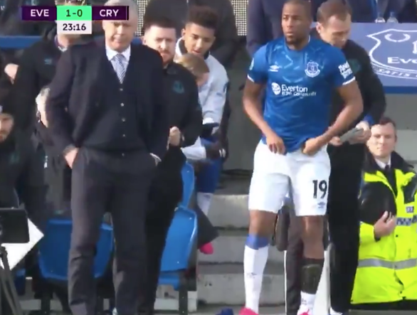 Hài hước cầu thủ Everton phải hoãn thay người vì... quên mang vớ - Ảnh 2.
