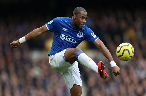 Hài hước cầu thủ Everton phải hoãn thay người vì... quên mang vớ - Ảnh 1.