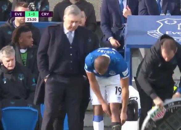 Hài hước cầu thủ Everton phải hoãn thay người vì... quên mang vớ - Ảnh 3.