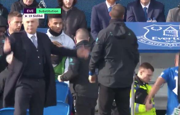Hài hước cầu thủ Everton phải hoãn thay người vì... quên mang vớ - Ảnh 4.