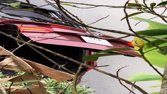 Ôtô bất ngờ lao xuống ao, 2 người chết do ngạt nước - Ảnh 1.