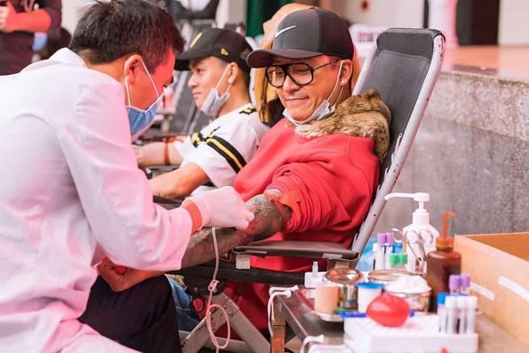Hoàng Bách, Tuấn Hưng hiến máu, Phi Nhung phát khẩu trang phòng virus corona - Ảnh 1.