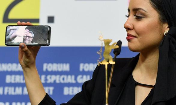 Đạo diễn Iran phải nhận giải Gấu Vàng ở Berlin từ xa vì bị cấm xuất cảnh - Ảnh 1.