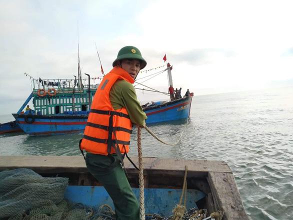 Cứu hộ 11 thuyền viên tàu bị sóng đánh vỡ mạn thuyền trên biển - Ảnh 1.
