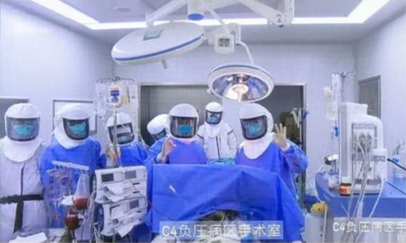 Trung Quốc ghép phổi thành công cho người nhiễm COVID-19 - Ảnh 1.