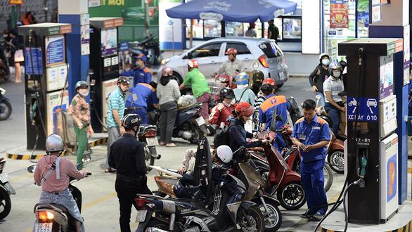 Giá dầu lao dốc: người tiêu dùng vui, doanh nghiệp lo lắng - Ảnh 1.