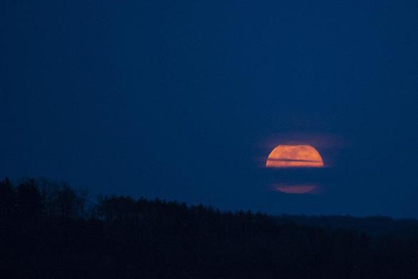 Ngắm siêu trăng tháng 3 ở TP.HCM và các nước - Ảnh 8.