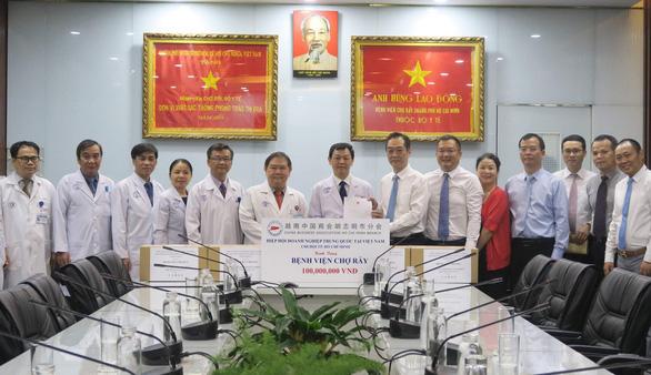 Tổng lãnh sự quán Trung Quốc tại TP.HCM thăm, cảm ơn Bệnh viện Chợ Rẫy - Ảnh 1.