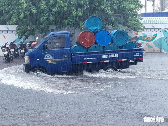 Cà Mau mưa vàng, ngập nửa bánh xe ngay giữa mùa khô - Ảnh 3.