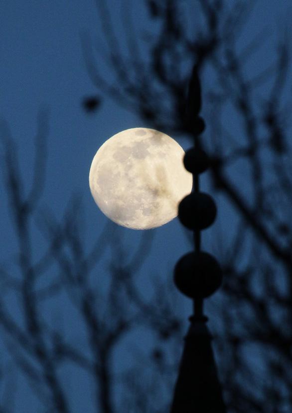Ngắm siêu trăng tháng 3 ở TP.HCM và các nước - Ảnh 3.