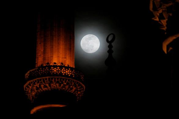 Ngắm siêu trăng tháng 3 ở TP.HCM và các nước - Ảnh 4.