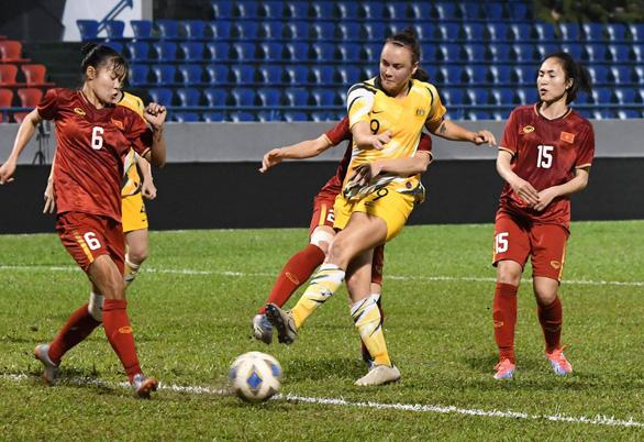 HLV tuyển nữ Úc chê điều kiện sân bãi ở Việt Nam dưới tiêu chuẩn cho phép - Ảnh 2.