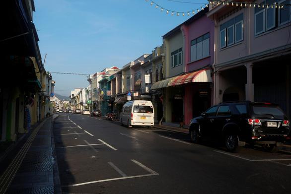 Thái Lan nói du khách nước ngoài phải tự trang trải chi phí điều trị COVID-19 - Ảnh 1.