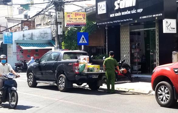 Thu giữ nhiều hàng hóa tại shop bán khẩu trang giá khủng ở Nha Trang - Ảnh 1.