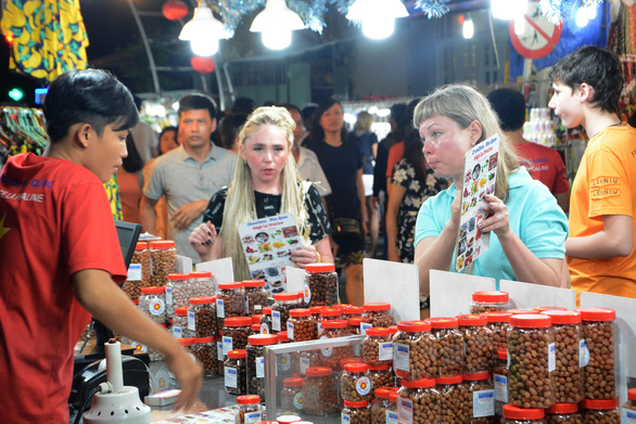 Phú Quốc vẫn đón hơn 10.000 du khách nước ngoài  - Ảnh 2.