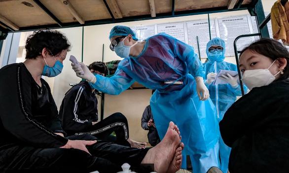 Việt Nam miễn phí điều trị COVID-19, các nước ra sao? - Ảnh 1.
