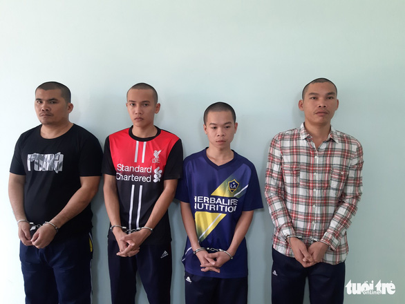 Khởi tố 4 thanh niên dùng mã tấu cướp 15 con gà - Ảnh 1.