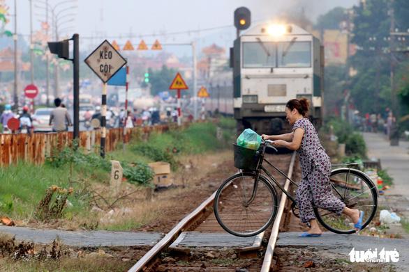 Cần gần 6.700 tỉ đồng để xóa hàng ngàn lối đi tự mở qua đường sắt - Ảnh 1.