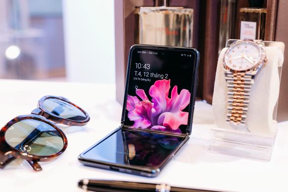 Samsung bẻ cong mọi định luật với Galaxy Z Flip - Ảnh 1.