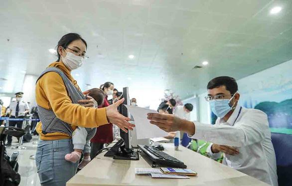 Sân bay Nội Bài thắt chặt thủ tục khai báo y tế - Ảnh 1.