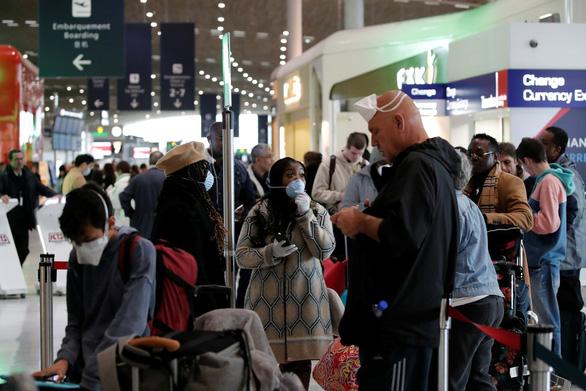 Du khách tháo chạy khỏi châu Âu về Mỹ trước lệnh cấm bay của ông Trump - Ảnh 2.