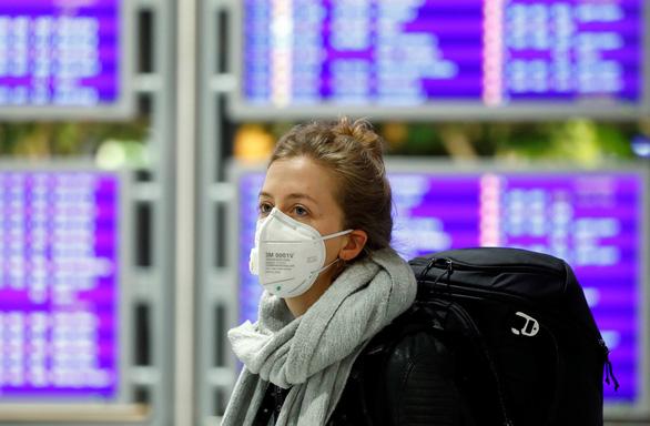 Du khách tháo chạy khỏi châu Âu về Mỹ trước lệnh cấm bay của ông Trump - Ảnh 1.