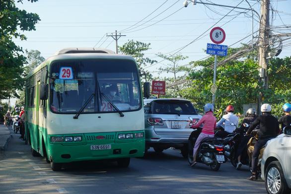 Cầu giải tỏa kẹt xe đường Đỗ Xuân Hợp kẹt cứng cả năm nay - Ảnh 1.