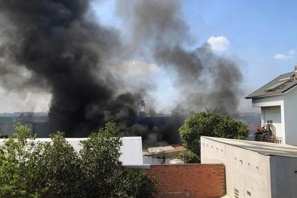 Gần 50 chiến sĩ PCCC khống chế đám cháy xưởng mút xốp giữa trưa - Ảnh 1.