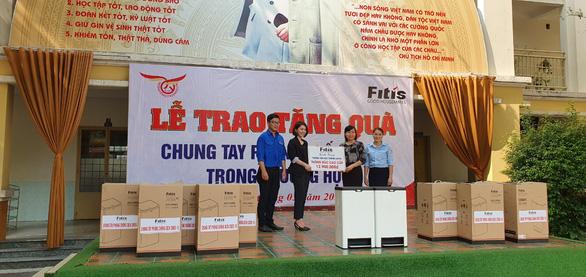 FITIS tặng thùng rác thông minh cho trường tiểu học - Ảnh 1.
